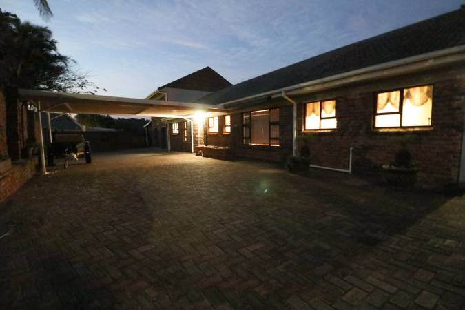 Significant 5 Bedroom, Low Maintenance Property Close to the Gonubie Beach!!