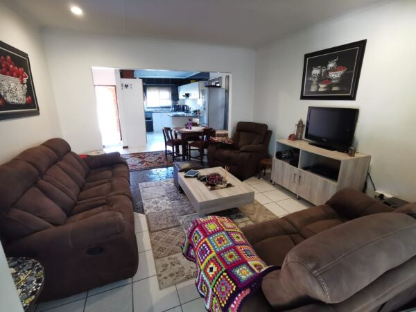Enjoy TOWNHOUSE living in a POPULAR complex in Gonubie